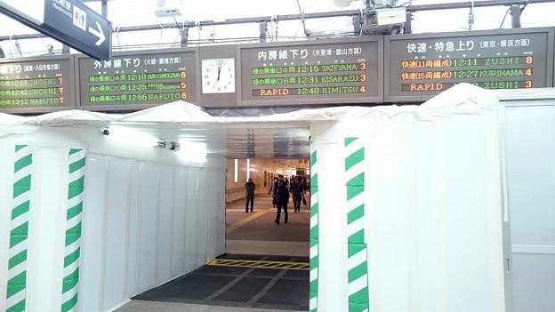 写真: 西改札発車標と連絡通路 [JR 千葉駅]