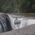 川床を割くような滝