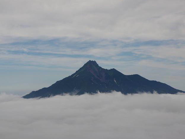 写真: 雲上の利尻富士
