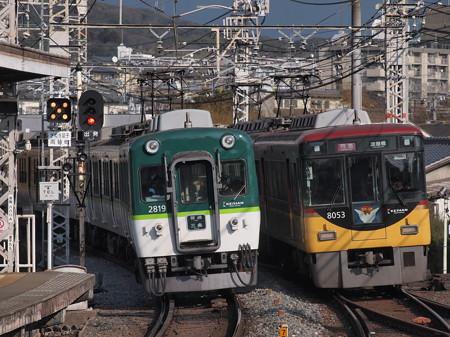 京阪8000系特急と京阪2600系普通 京阪本線中書島駅