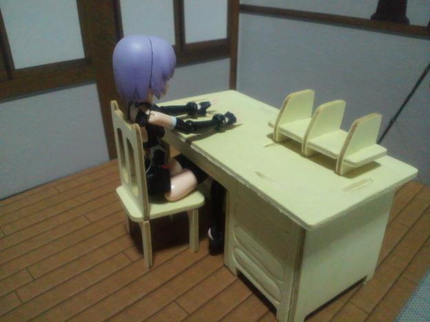 キャンドゥウッドクラフト学校 職員室の机とイス 引き出しがあるとか...