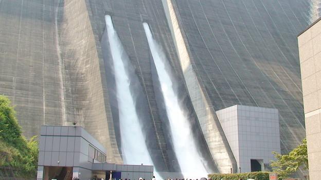 宮ヶ瀬ダム観光放水斜めから