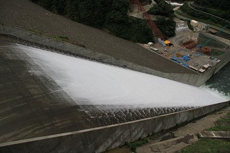 徳山ダムの放水の様子