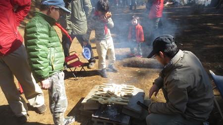 焚き火でツイストパン焼き中