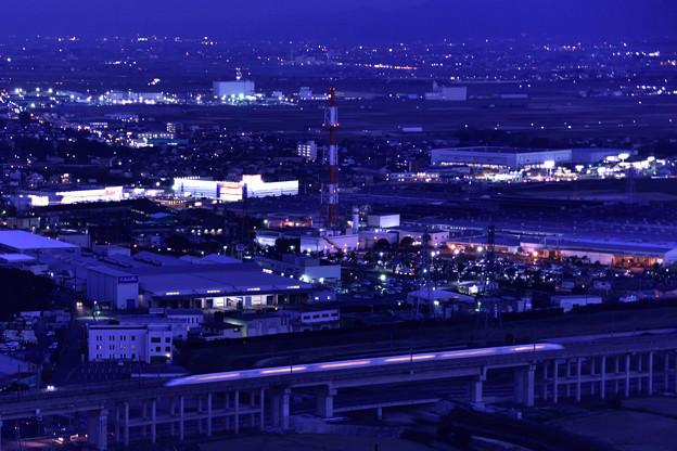 工場地帯を疾走する九州新幹線