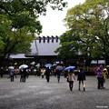 写真: 雨の中のお詣り