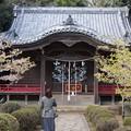 写真: 雰囲気の変わる神社にて