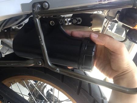 ベツのバイクの工具入れを取り付け