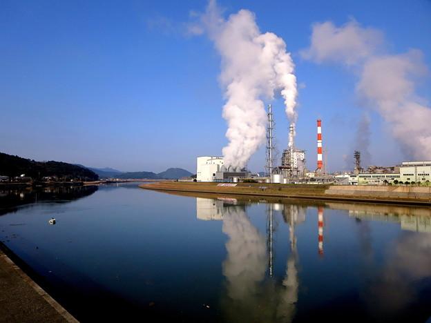 写真: 眠らぬ工場(いつもの散歩道)