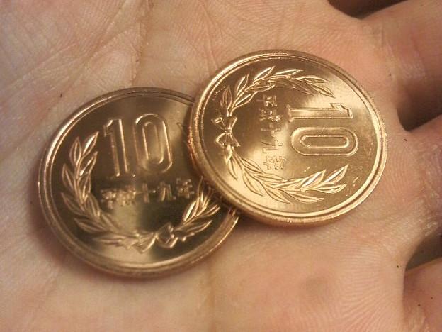 写真: お釣りでピカピカの10円玉もらった。テンションアガルー!
