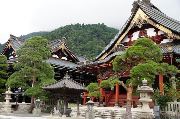 身延山 久遠寺 祖師堂と本堂