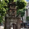 写真: 「湖岸の古い石塔」