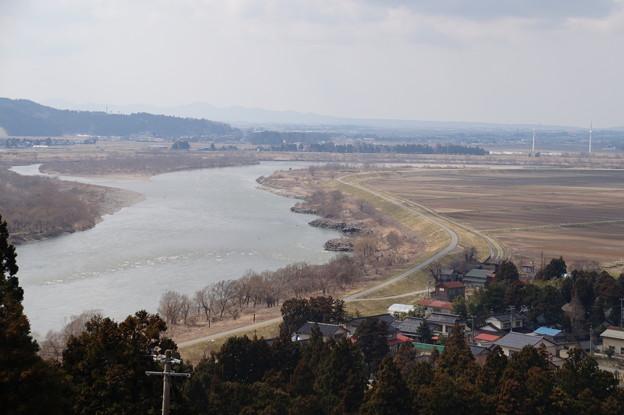 最上川と風力発電所