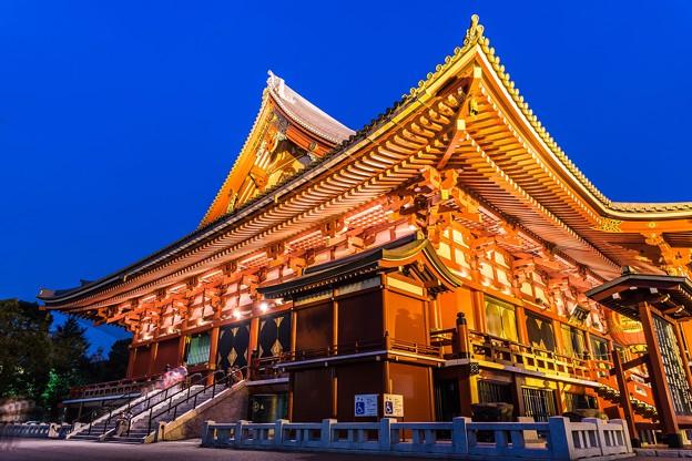 日没直後の浅草寺本堂