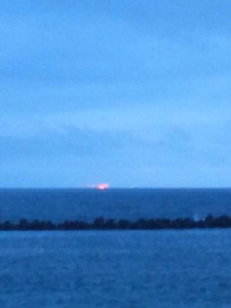 水平線の発光船