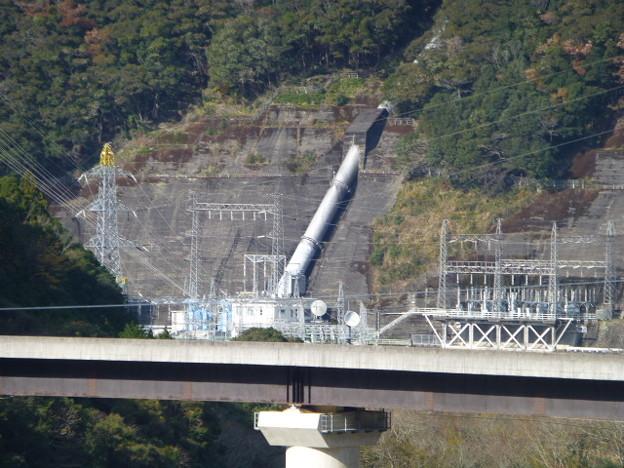 お墓から眺める水力発電所