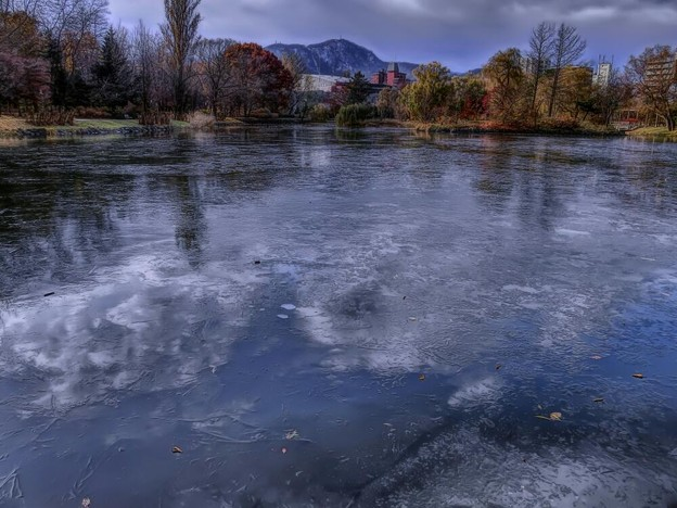 写真: 氷上の雲