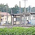 列車を待つ女学生