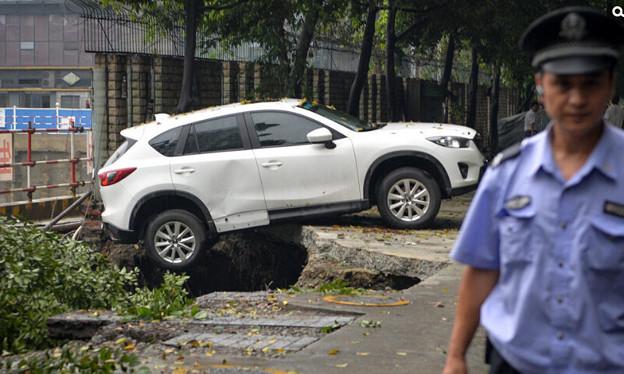 成都 暴風雨で地面が陥没した駐車場 (2)