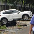 Photos: 成都 暴風雨で地面が陥没した駐車場 (2)
