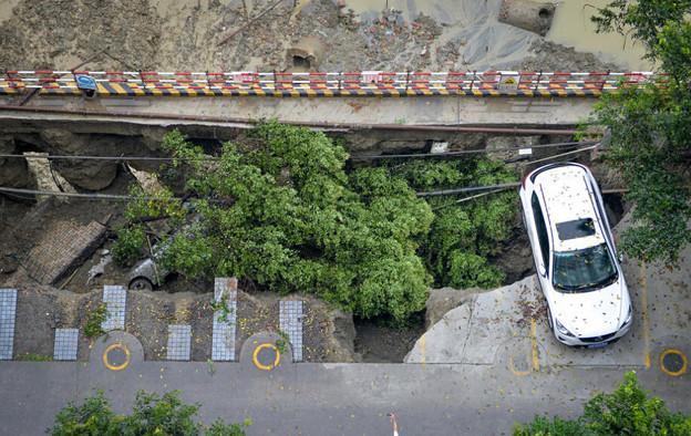 成都 暴風雨で地面が陥没した駐車場 (3)