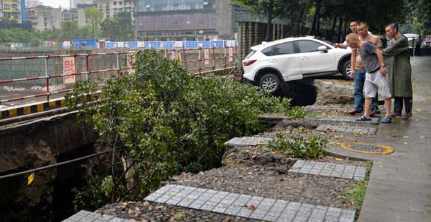 成都 暴風雨で地面が陥没した駐車場 (4)