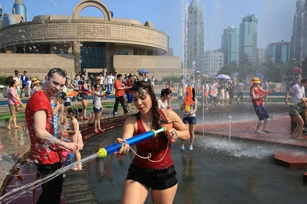 水かけ祭り IN 上海 みたいなもんかな(笑) (11)