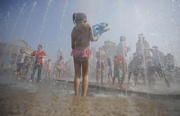 水かけ祭り IN 上海 みたいなもんかな(笑) (13)