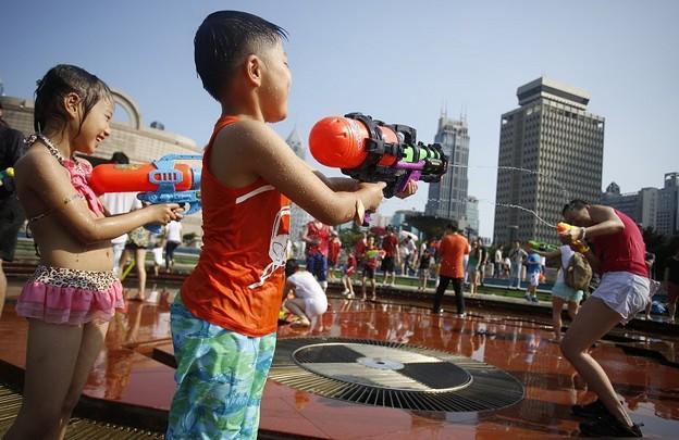 水かけ祭り IN 上海 みたいなもんかな(笑) (14)