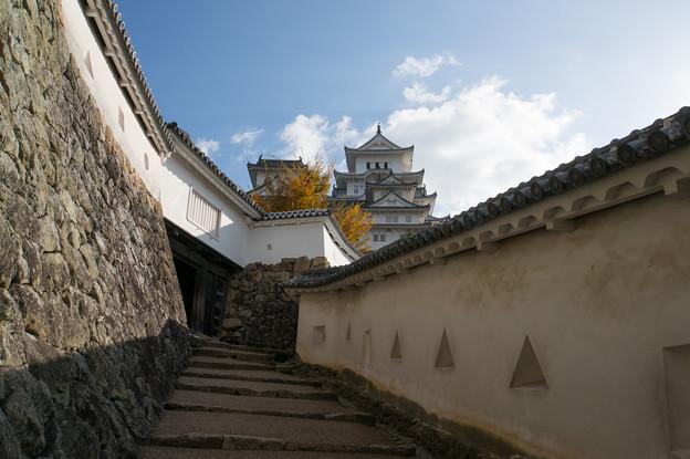 姫路城【13_ろの門を入った場所から見た天守閣】