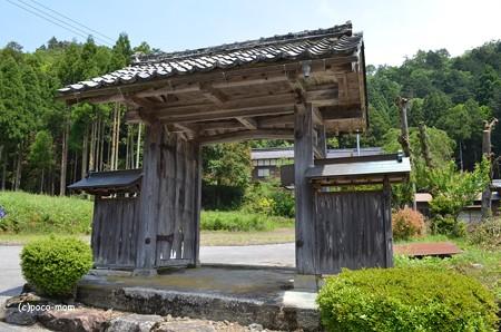 長浜 大聖寺不動堂への路傍の門 遠くに寺院が見えた DSC_0038