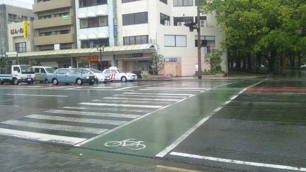 なんでこの横断歩道では赤信号で止まるの?