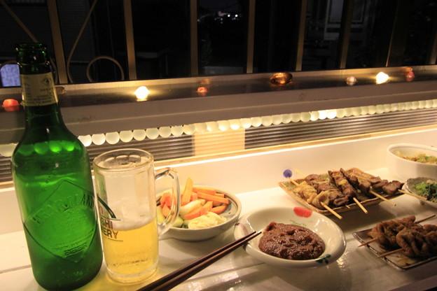 光るバーカウンターテーブルで飲み
