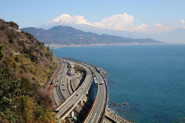 Photos: 富士と駿河湾と東海道本線