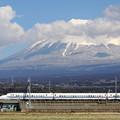 写真: 東海道新幹線新幹線700系と富士
