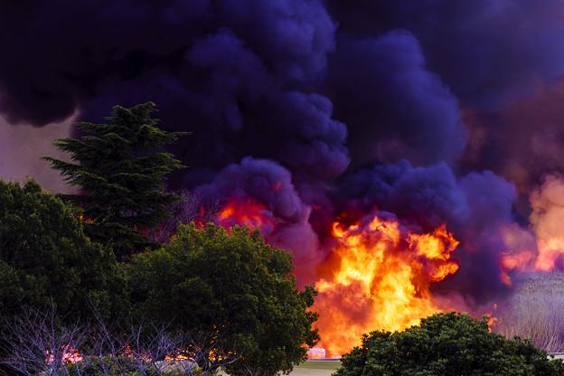 火柱と煙。
