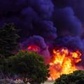 写真: 火柱と煙。