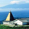 小諸高原美術館 ( とんがり屋根の部分が 白鳥映雪館 )