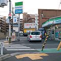 写真: 友岡交差点にあるファミリーマート