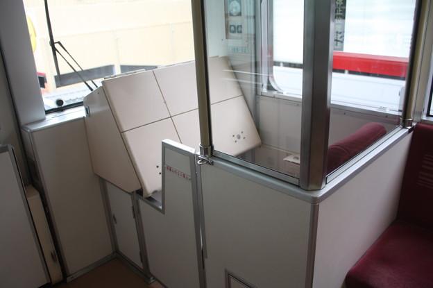 ニュートラム100A系 乗務員専用運転台席