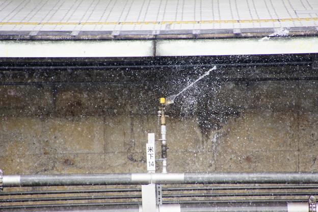 新幹線散水式融雪装置作動米原駅