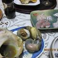 Photos: 貝殻から焼いた実を掘り出して
