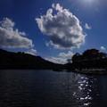 神秘的湖白樺湖に太陽光降り注ぐ♪