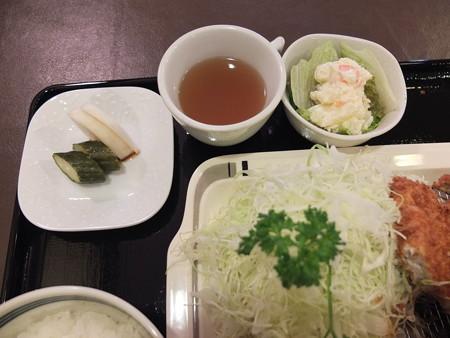 とんかつ梅林 3種盛り合わせ 副菜の様子
