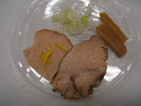 セブンイレブン 中華蕎麦とみ田監修 濃厚豚骨魚介冷しつけ麺 具材の様子