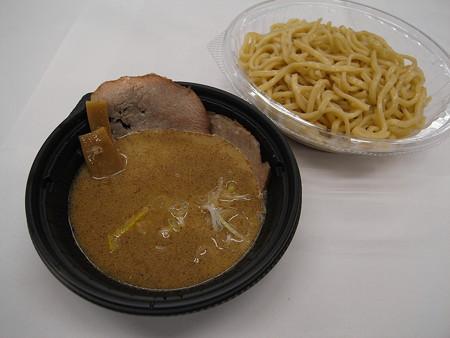 セブンイレブン 中華蕎麦とみ田監修 濃厚豚骨魚介冷しつけ麺 アップ