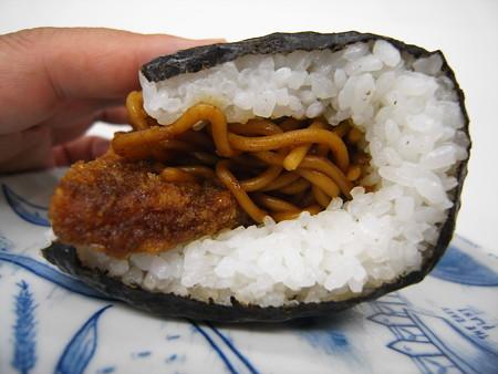 デイリーヤマザキ サンドおむすび ソーセージカツ&焼そば 横から見た図