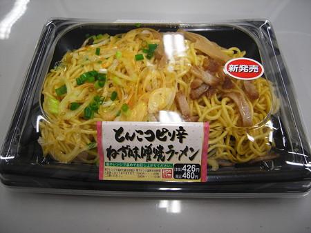 ヤマザキ とんこつピリ辛ねぎ味噌焼ラーメン パッケージ