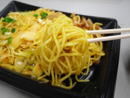 ヤマザキ とんこつピリ辛ねぎ味噌焼ラーメン 麺アップ