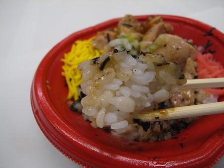 セブンイレブン ねぎ塩チキンのっけ丼(麦飯) 麦飯アップ